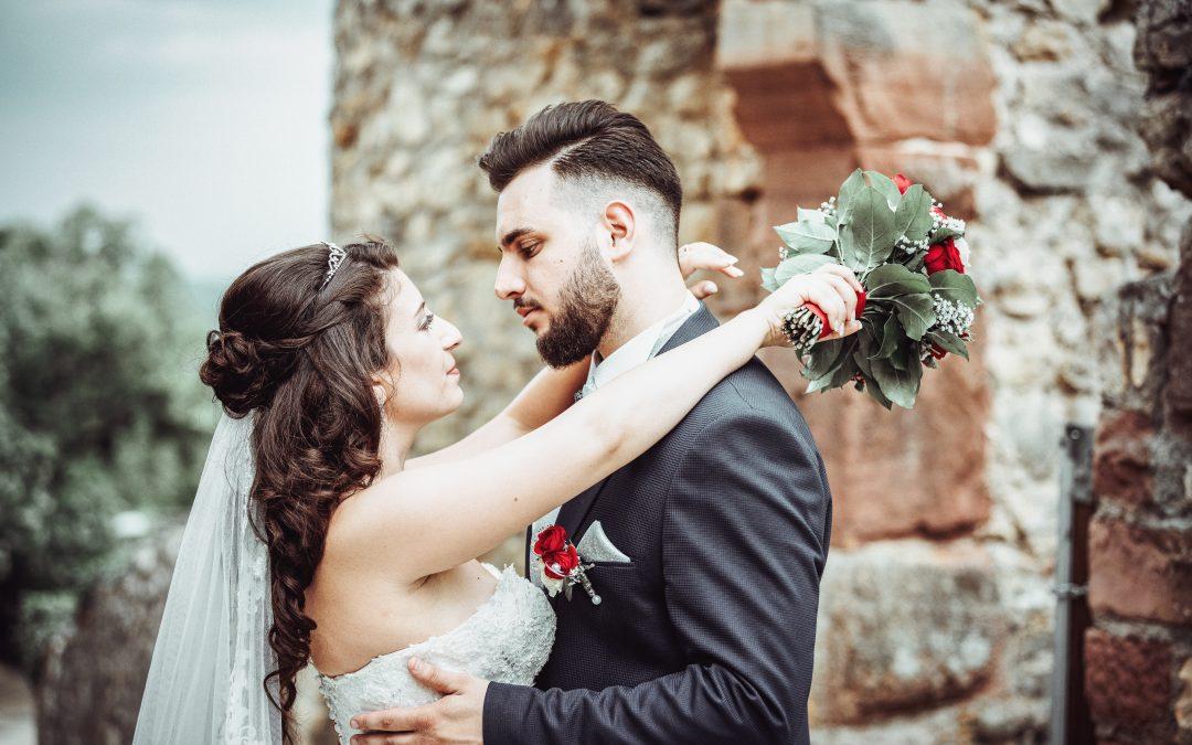 Romantisches Hochzeitsfoto mit Blumenstrauß